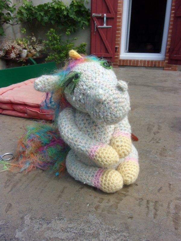 ma derniere réalisation, une licorne au regard vert! et à la crinière haute en couleurs!!