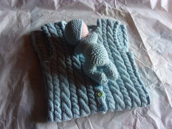 un petit cadeau en plus, ce bébé dormeur au crochet avec le même coton , un modèle payant que j'avais envie de crocheter depuis longtemps