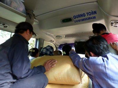 Dans le bus pour DienBien Phu avec les sacs de riz