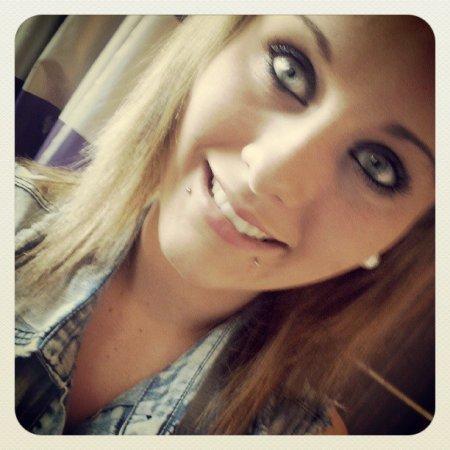 Il est amoureux de toi, c'est pour ça qu'il te regarde. Parce qu'il ne peut pas détourner les yeux de la femme qu'il aime
