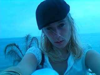 moi sur la plage avec un verre de cocktail pina colada