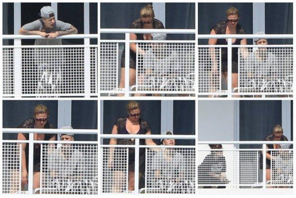 07.04 - Justin sur le balcon de son hôtel à Miami, Floride