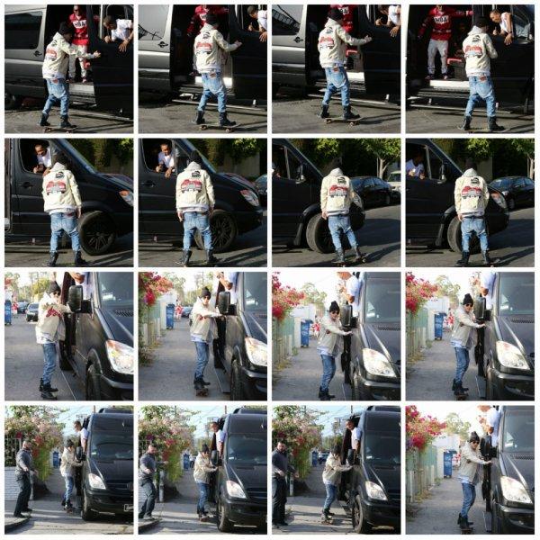 10.05 - Justin fait du skate dans les rues de Beverly Hills, Californie