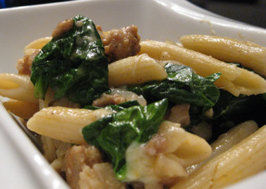 Pâtes aux saucisses italiennes et aux épinards.