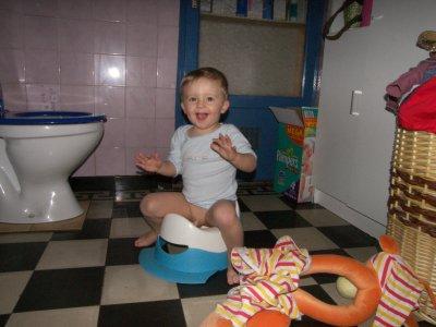 Une fille fait pipi dans un urinoir pour hommes - Veux