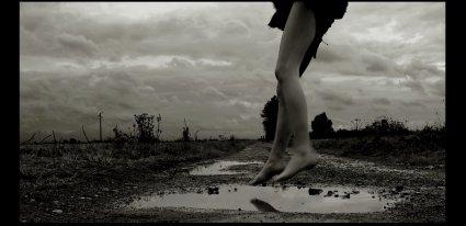 La pluie tombe comme nous tombons amoureux : en déjouant les prévisions.