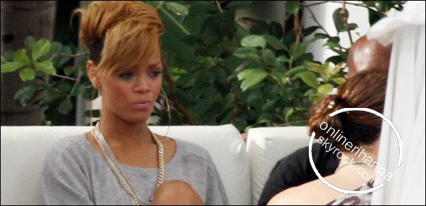 » 05 Fév   Rihanna se détend à la piscine de Miami