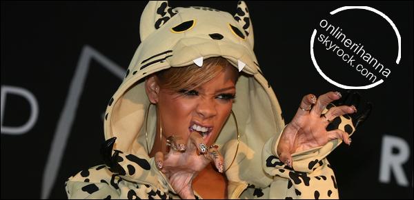 » 11 Fév | Rihanna à la séance d'autographes au « Coex Mall » à Séoul