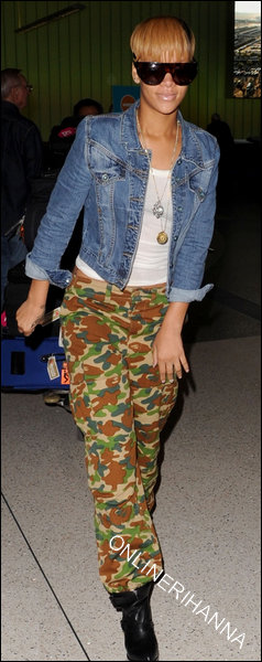 » 16 Fév | Rihanna de retour à Los Angeles après son voyage en Australie