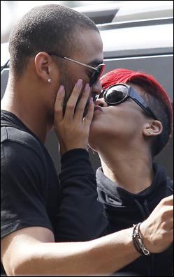 » 02 Jui | Rihanna et Matt s'embrassent à l'aéroport