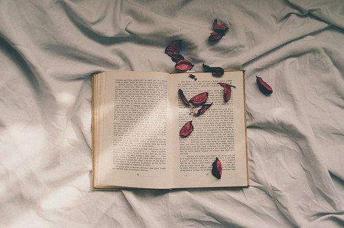 «Je ne tourne pas les pages, je les écris.»   -Charlotte Valandrey