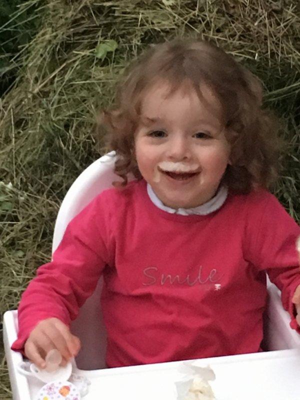 Petite fille qui aime la glace