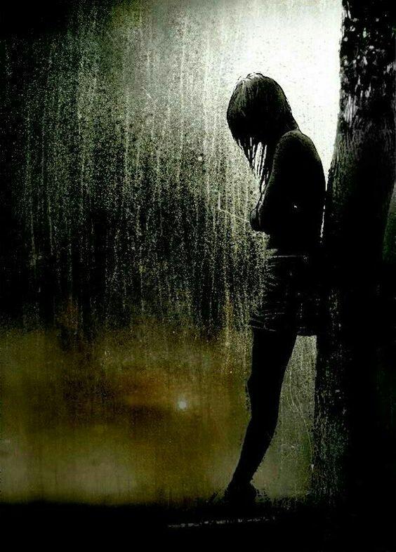 J'ai beau être entouré la solitude me pèse, les souvenirs me hantent, les cauchemars me bercent.