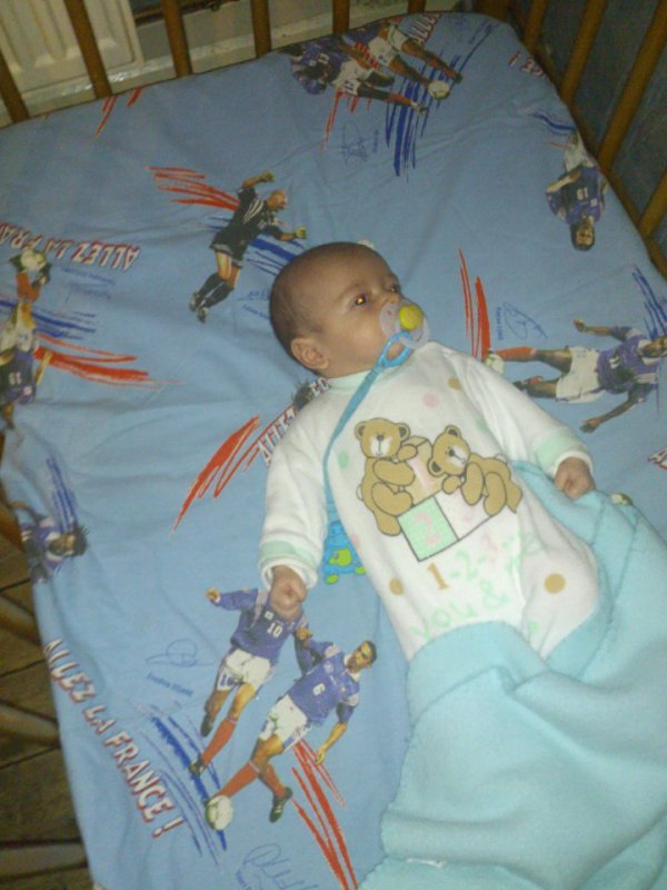 mon petit fils dans son lit <3