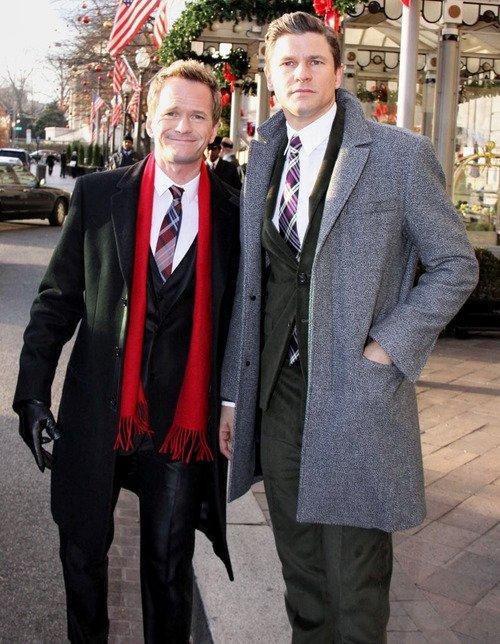 """06.12.2012 : La famille Obama a rejoint la scène avec Neil Patrick Harris, James Taylor, Jason Mraz et d'autres lors de l'allumage de l'arbre de Noël national et ont chanter """"Santa Claus is Coming to Town"""". Si ça c'est pas la classe ( Neil avec le Président des USA )"""