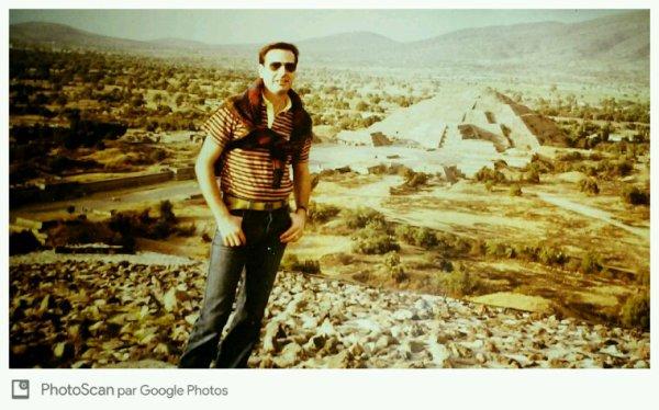 Au sommet de la pyramide de theotihoucan au nord de Mexico
