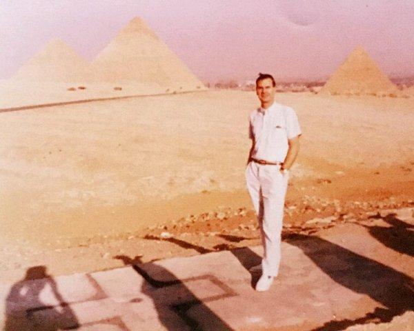 Devant les pyramides du Caire ,,cette fois ,!