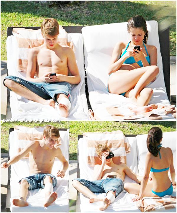 Justin et Selena au bord de la piscine, Mexico.