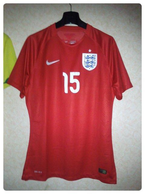 Maillot de l'Angleterre porté par Oxlade CHAMBERLAIN contre l'Equateur en match amical 2014.