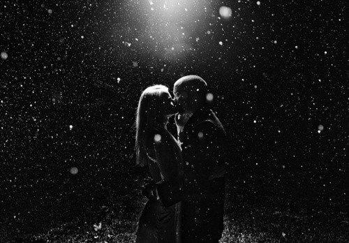 """Je n'arrive plus à me rappeler du tout premier mot que tu m'as dit. Serais-ce """"Bonjour"""" ou """"Salut"""" ou encore rien qu'un sourire. Tout s'efface, c'est donc vrai. I still remember."""
