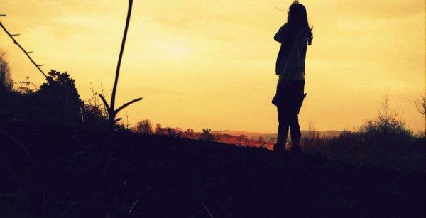 """Quand j'pensais à toi, je m'inquiétais pas, jamais. C'était rassurant de se dire que tu pensais à moi à tout moment de la journée, de recevoir de long message de temps en temps ou un """"je t'aime"""" envolé, de voir ta tête avant de m'endormir et en me réveillant. Si je devais ressentir quelque chose pour quelqu'un, je voudrais que ce soit les même sensations, aimer au point de vouloir attendre. Ne regarder personne et espérer t'apercevoir à chaque nouveau coin de rue. Penser encore à toi et serrer un cousin dans mes bras. Allé dans une parfumerie juste pour demander un échantillon de ton parfum. C'était facile de t'aimer."""