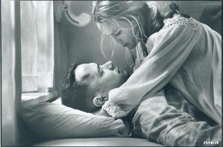 dis moi que la vie est un film infini d'une unique histoire d'amour. Dis-moi, dis moi qu'il l'aimera un jour.