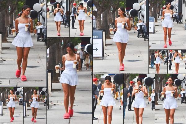 18.08.21 : Notre belle Eiza González a était vue en quittant Alfred's avec son café glacé  situé dans un quartier à West Hollywood !  Pour cette journée, notre sublime Eiza nous offre de nouveau une belle sortie. J'aime beaucoup la tenue de Miss González. Un petit top !