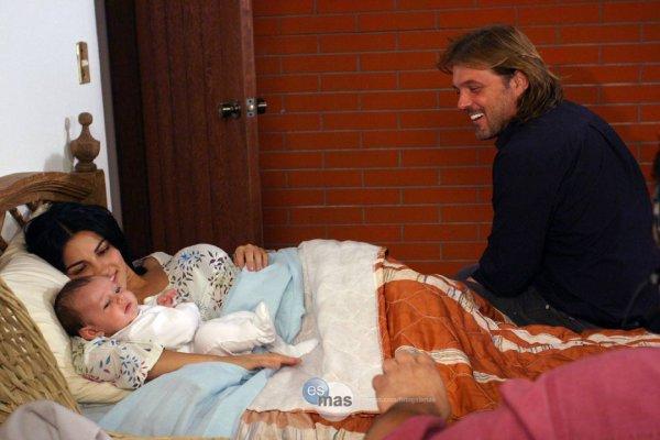 Maite Perroni nas gravações do nascimento de Joãozinho em Cuidado com o Anjo no México (xx.09.08)