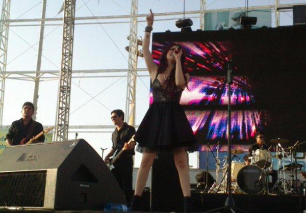 Dulce María no Festival Viva La Rádio 2013 em Torreón, México (19.11.13)