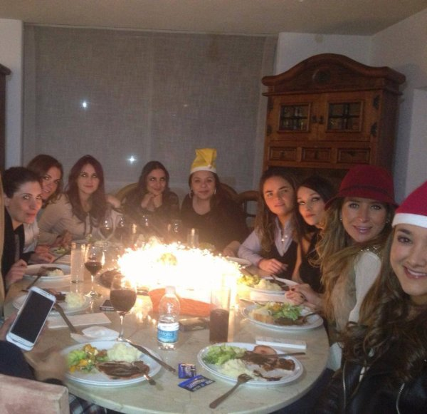 Dulce María comemorando o natal antecipadamente com suas amigas no México (29.11.13)