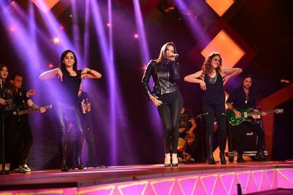 Maite Perroni se apresentando no Teleton México 2013 (30.11.13)