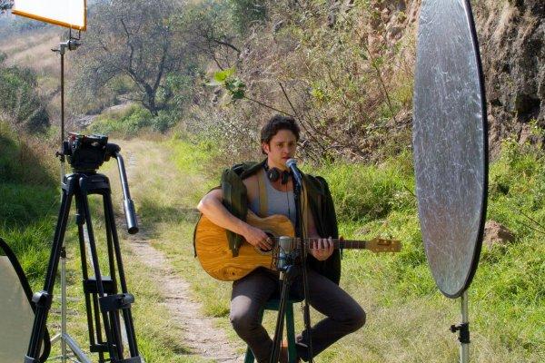 """Christopher Uckermann gravando live performance da canção """"Sueño Surreal"""" (30.11.13)"""