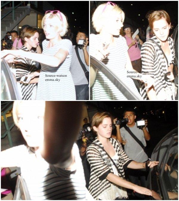 01/08/2011 : Emma et ses amis quittant un cinéma à Los Angeles.