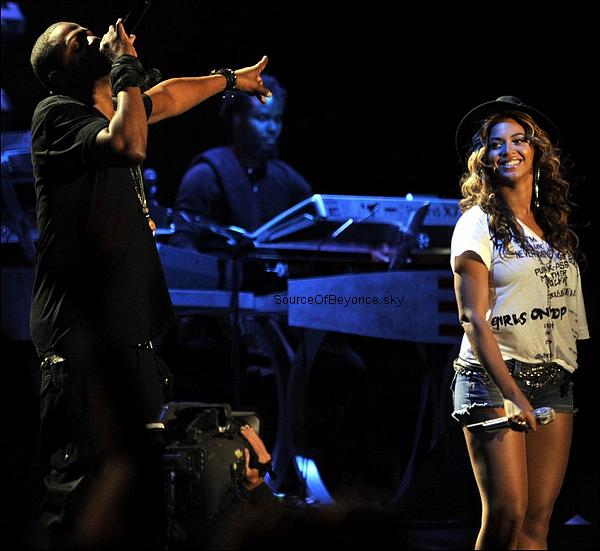 BEYONCÉ INVITÉE SURPRISE DE MADE IN AMERICA ? La chanteuse pourrait monter sur scène à l'occasion du festival organisé par son mari Jay-Z. Une belle surprise pour ses fans!Beyoncéde retour sur scène ? Depuis la naissance deBlueIvy, la chanteuse s'était faite plutôt rare. Elle vient récemment de sortir le single « I Was Here », dont le clip a été tourné aux Nations Unies. Elle avait également mis le feu à Atlantic City quatre soirs en mai en montrant qu'elle n'avait rien perdu de son panache ! Selon le Huffington Post, la chanteuse s'apprêterait à assurer le show une fois de plus... La belle monterait sur scène pour le festival Made inAmericaorganisé parJay-Z. << Beyoncé fera la surprise de se produire sur la scène du festival organisé par son mari le week-end prochain en Pennsylvanie. La performance est top secrète mais elle sera filmée pour le documentaire de Jay à propos de l'évènement. Cela va être énorme !>>a confié une source.