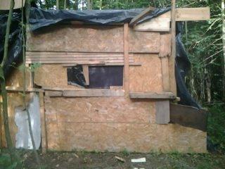 Le cote droit de la cabane