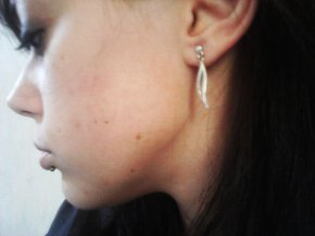Boucles d'oreilles en or blanc et petit diamant incrusté au milieu,   bijouterie Julien Dorcel en très bon état 8e fdpc (acheté 40) Cause: Ne me plaise plus