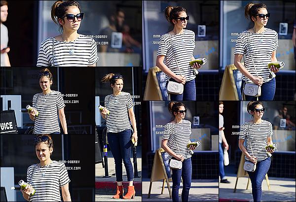 . 03/06/15 : Nina Dobrev à été vue se rendant à un cabiné médical puis allant chercher un jus dans  Los Angeles. Nina ne nous fait pas souvent des candids et j'adore quand t-elle en fait. J'aime beaucoup la tenue que porte Nina, coup de coeur pour son T-shirt. Top ! .