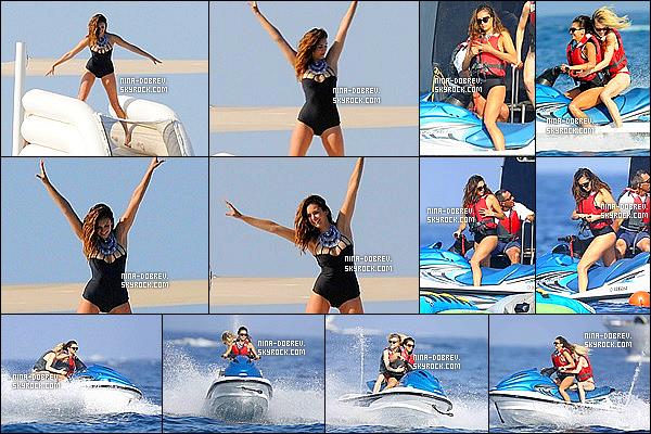 . 21/07/15 : Toujours sur son yatch, Nina Dobrev ainsi que ses amis ont été vu faisant du jet-ski à Saint-Tropez. Nina à descendu un grand toboggan gonflable, vous pouvez voir la vidéo que Nina a mit sur son instagram en cliquant juste ici ! Top le maillot de bain. .