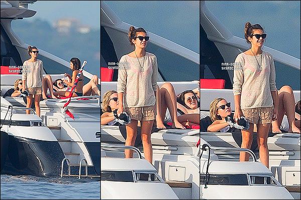 . 23/07/15 : Toujours en France, Nikolina Konstantinova Dobreva a été vu avec ses amis sur un yatch à St-Tropez. Il n'y a que trois photos de disponible malheureusement ont peut comme même voir que Nina Dobrev porte une tenue toute simple et décontractée. .