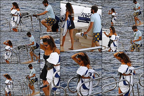 . 26/07/15 : Nina, des amis, et son nouveau copain Austin Stowell ont été aperçu arrivant sur un yatch à Monaco. Ensuite Nina et Austin ont été vu sur le yatch. Côté tenue: J'aime bien la combi-short et le maillot de bain que porte la jolie Nina - Top ou Flop ? .