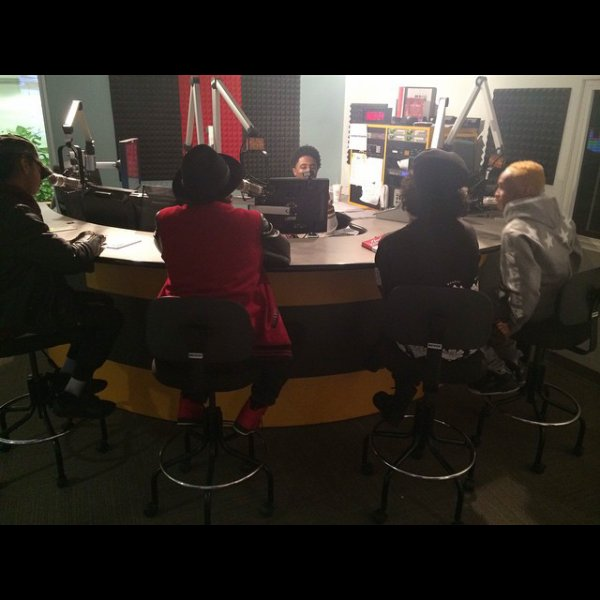 Prodigy a posé avec la marque de son cousin Stephon puis quelques photos des Mindless Behavior en interview à Washington