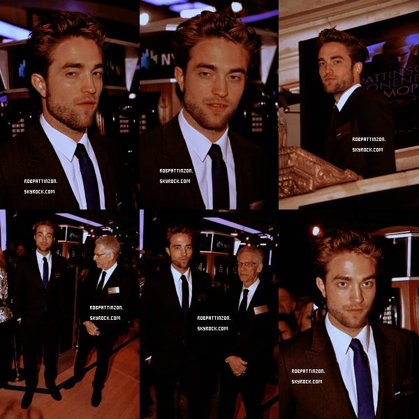 Rob était le 13 Août à la promo de son film Cosmopolis à NYC. Nous retrouvons Rob tout fatigué mais souriant à la promo de son film. Je trouve que Rob est vraiment sexy dans son beau costume bleu. Ton avis ?