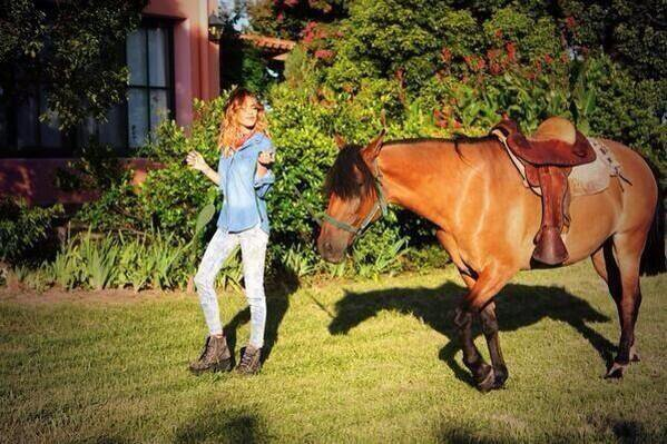 Photo de tini avec un cheval !