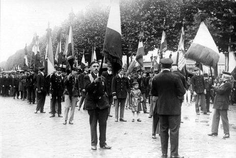 Funérailles de Gustave Dron, cortège funèbre, les drapeaux des associations de Gymnastique, 21 août 1930. Archives municipales de Tourcoing, I 1 b 513