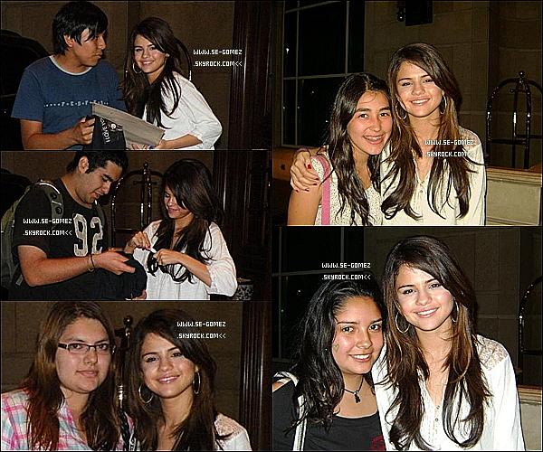 31 / 01 / 2011 - Selena , trés souriante , à l'hôtel Ritz avec quelques fans . Selena a aussi visité une famille chilienne sous l'égit de l'UNICEF.