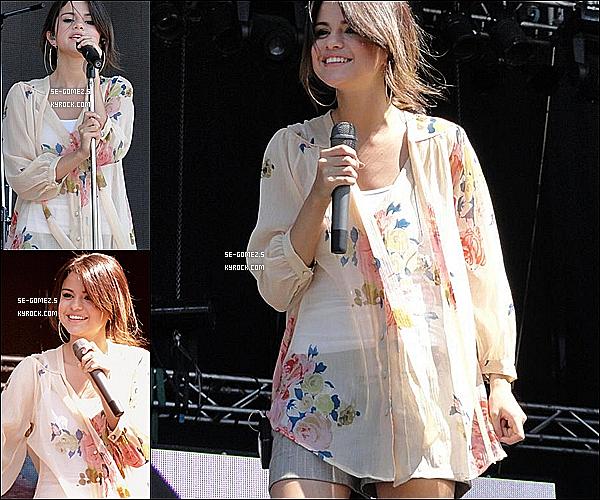 04 / 02 / 2011 - Selena  était à une conférence de press en Argentine . Elle a aussi donné un concert en Argentine oú elle est adorable .