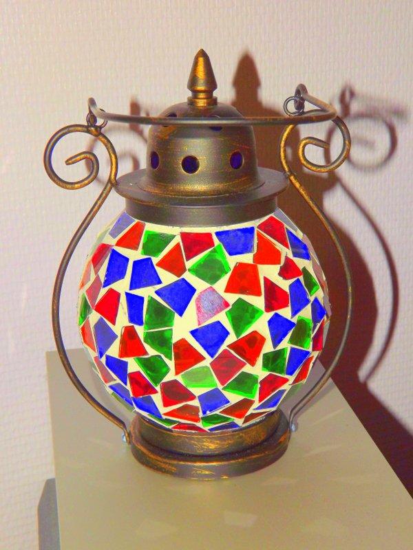 Lanterne avec de la mosaïque multicolore