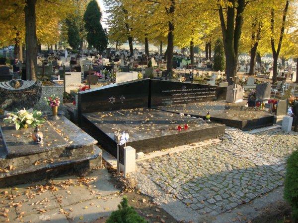 Auschwitz  - hommage à la mémoire des déportés  et à leurs sacrifices