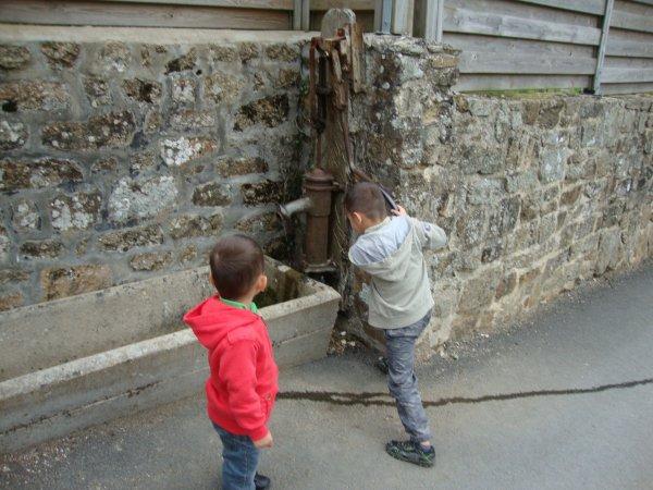 pompe à eau manuelle  et    puits