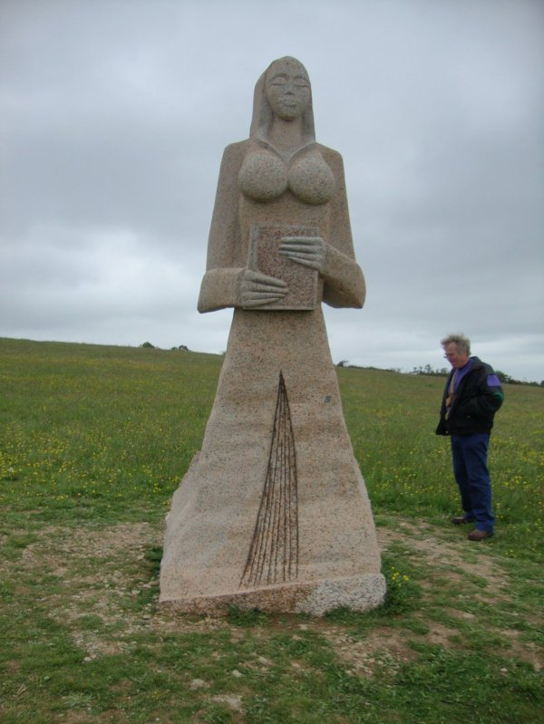 Carnoét , les immenses  statues de saints